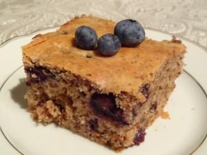 Zuckerfreier, veganer Kuchen mit Beeren